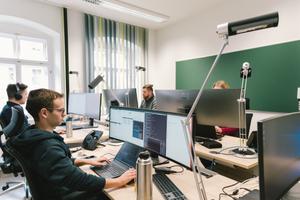 Teilnehmende in einem Raum von CASUS in Görlitz, Blick zum Fenster