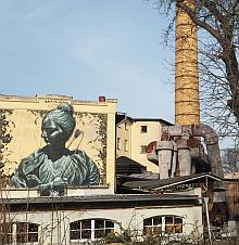 altes Industriegelande mit Graffiti und Schornstein