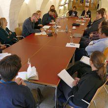 Teilnehmende in Diskussion an einem Tisch