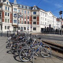 abgestellte Fahrräder an einer Straße