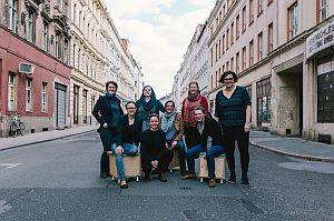 Gruppe von acht Frauenn auf der Straße